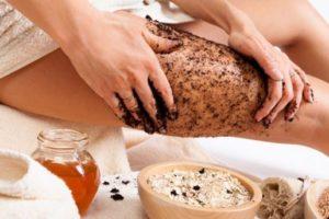 Il peeling corpo e lo scrub corpo fai da te per combattere la ritenzione idrica