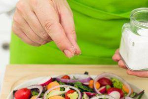Mangiare senza sale fa dimagrire? No, anzi