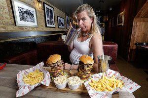 Le persone sovrappeso mangiano tanto?