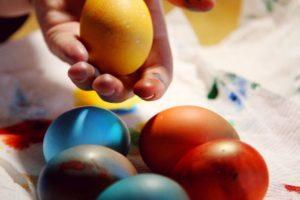 Come colorare le uova per Pasqua con ingredienti naturali