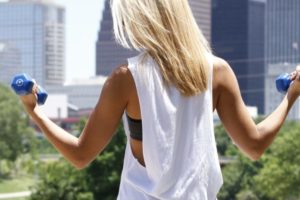 Come dimagrire le braccia (senza pesi e senza ingrossarle)