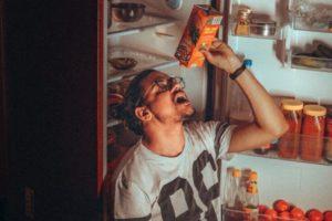 Mangiare in questo modo riduce il senso di sazietà